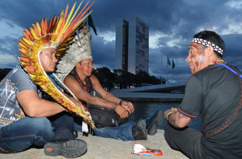 Brasília 18/04/2013 - Índios fazem manifestação em frente ao Palácio do Planalto. Eles protestam contra a PEC 215, que transfere para o Congresso poder de demarcar terras indígenas. Foto de Valter Campanato para Agência Brasil (CC BY 3.0)