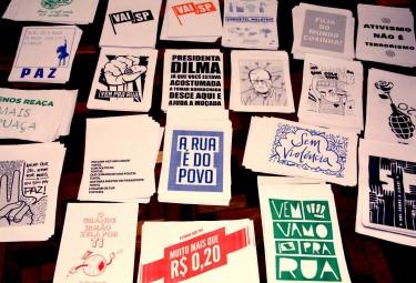 Gráfica imprime gratuitamente cartazes com ideias de manifestantes em São Paulo. Foto por Meli-Melo Press, publicada no Facebook.