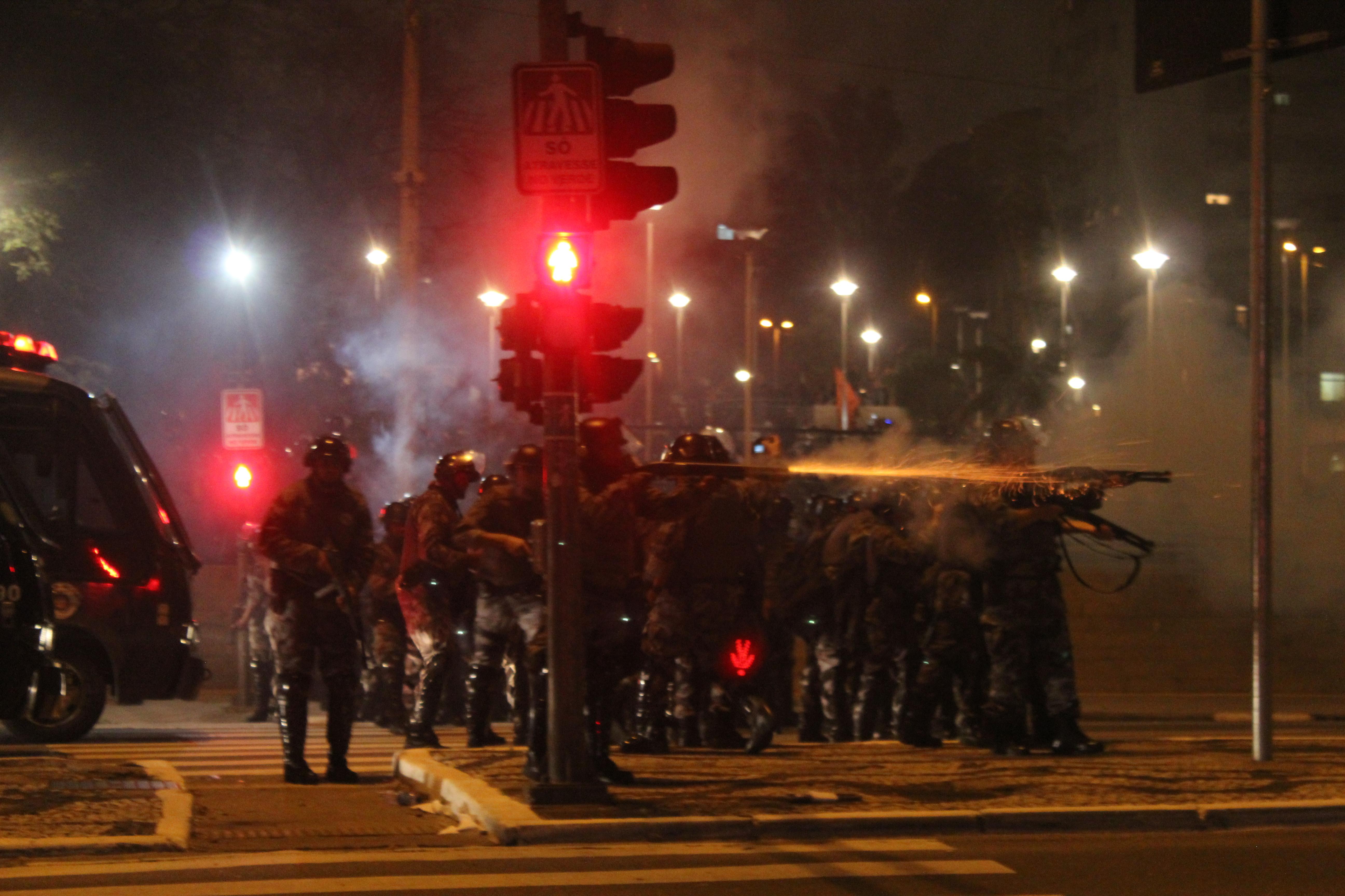 Polícia atira contra manifestantes em São Paulo. Foto de Raphael Tsavkko Garcia, sob licença CC
