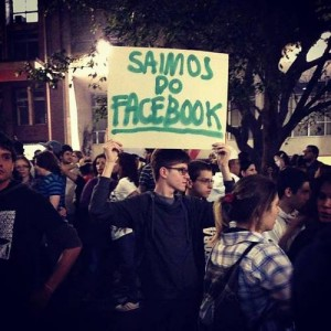 Foto da manifestação de São Paulo no dia 13 de junho. Foto amplamente divulgada por blogs e contas de twitter coletada por @NoMovimento na cobertura colaborativa dos protestos em Sao Paulo