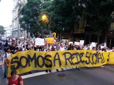 """A faixa """"Somos a Rede Social"""" na manifestação no Rio de Janeiro no dia 17 de junho. Foto de Arthur Bezerra usada com permissão/Facebook"""