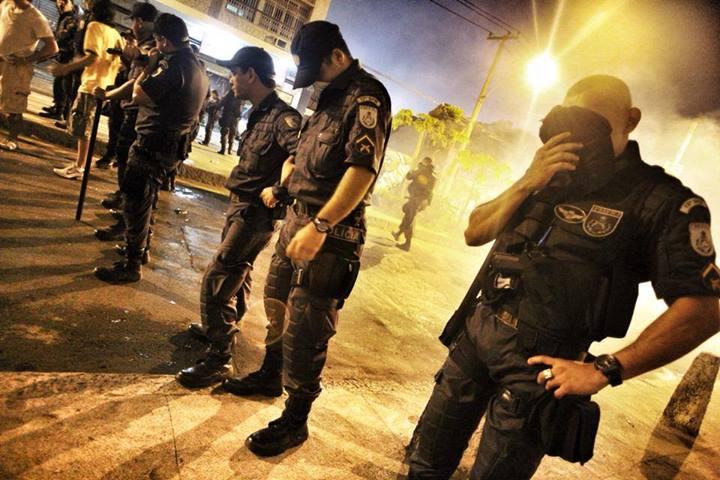 Police hit by tear gas bombs/Mídia Ninja
