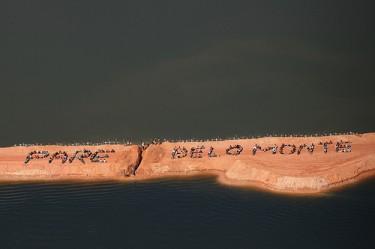 "Rio Xingu, Brasil, 15 de junho de 2012. Trezentos povos indígenas, pequenos agricultores, pescadores e moradores ocupam o projeto da hidrelétrica de Belo Monte, formando a frase: ""Pare Belo Monte"" para alertar a comunidade internacional sobre os impactos do empreendimento. Foto: Atossa Soltani/ Amazon Watch / Spectral Q partilhada no Flickr por International Rivers (CC BY-NC-SA 2.0)"