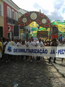 Photo of protestors carrying the flag of the PEC 102 in Maranhão (July 3, 2013)