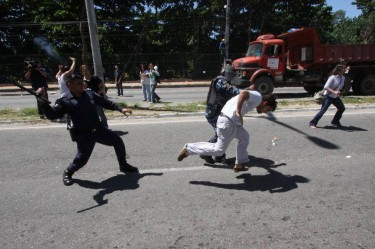 "Guard attacks demonstrator. Photo taken from the Facebook page ""Dunas do Cocó""."