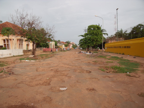 One of the streets in the centre of Bissau. Photo by Silvia Arjona