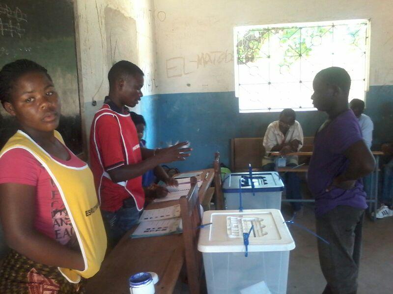 Assembleia de voto das autárquicas em Nampula (2013). Foto do Jornal @Verdade no Flickr (CC BY 2.0)