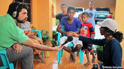 Manuel Ribeiro, correspondent of DW in East Timor, interviews a local mediator for the repatriation of refugees from West Timor