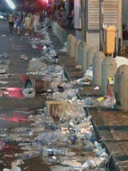 Lixo acumulado pelas ruas do Rio de Janeiro. Foto de Drica Queiroz, usada com permissão.