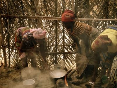 Mulheres preparam funge em Angola. Foto de mp3ief no Flickr (CC BY-NC-SA 2.0)