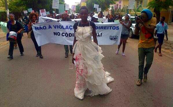 Foto da marcha contra a violação dos direitos humanos no código penal, por @DemocraciaMZ