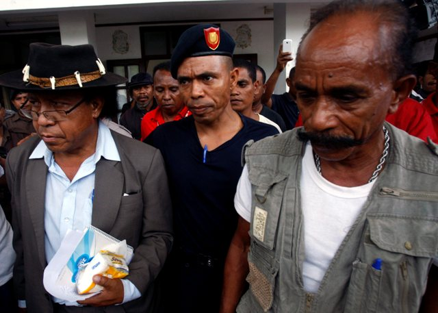 Mauk Moruk y L7 escoltados por la Policía Nacional de Timor Oriental (PNTL) después del juicio en Dili, 14 de marzo de 2014. Foto de António Dasiparu compartida en el sitio web sapo.tl con licencia de uso