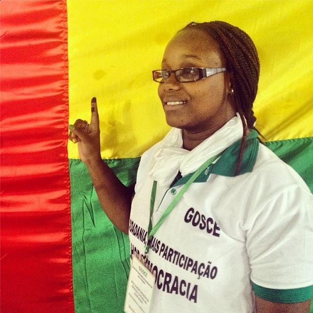 """""""#africa #guine #bissau #eleições #voto #participação #democracia #cidadania #povo faz a escolha - Nerida Varela, socióloga e monitora do Grupo das Organizações da Sociedade civil para as Eleições, depois de ter votado. Para acompanhar as eleições ver: bissauvote.com."""" Foto de debarros2013 no Instagram"""