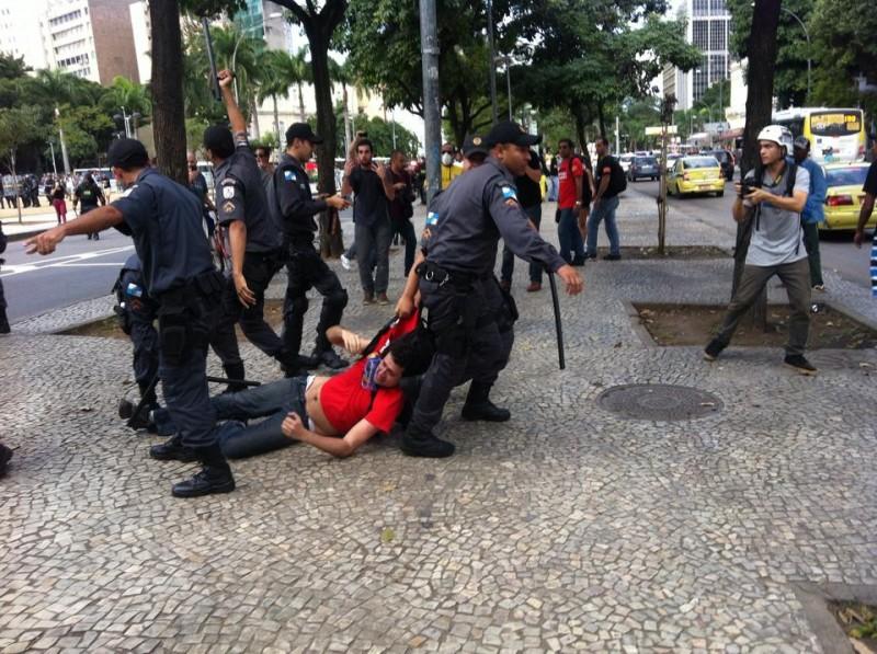 Professor Pedro Freire agredido e arrastado pela PM. Foto de Daniel Fonsêca, usada com permissão.