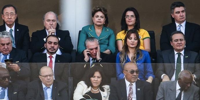 Na tribuna de honra da Arena Corinthians, presidente Dilma Rousseff ouve xingamentos da torcida.