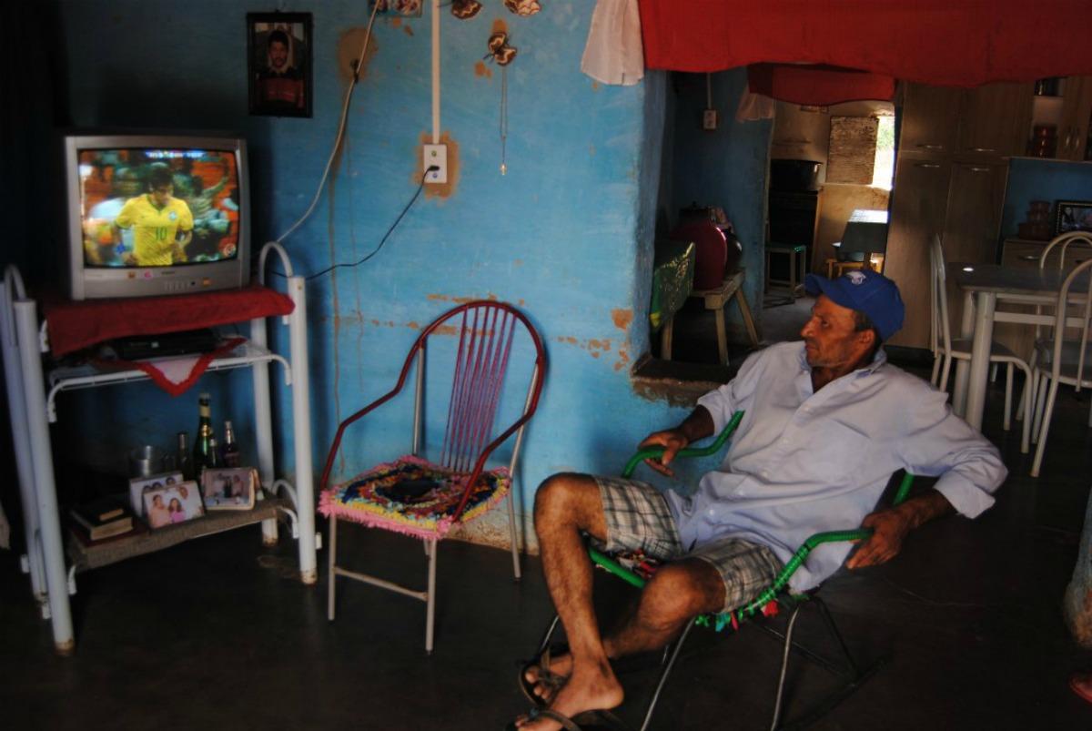 Francimar de Oliveira era o único de Serra da Estrela que assistia ao amistoso do Brasil contra a África do Sul, após instalar placas de energia solar no telhado. Foto: Agência Pública