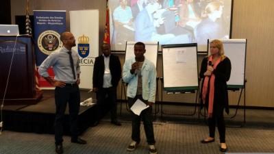 Participante apresentando soluções encontradas no #TechCamp para os desafios da sua OSC