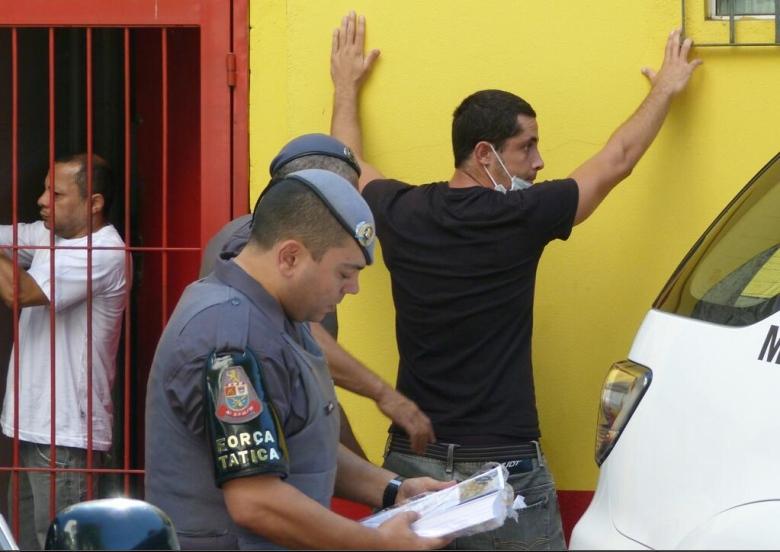 Policiais revistam manifestante em protesto em São Paulo. O rapaz afirmou ter sido agredido por carregar panfletos com mensagens políticas. Foto: Marcela Canavarro