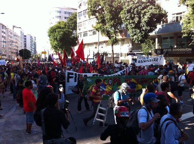 Manifestantes tentam caminhar em direção ao Maracanã. Foto do Coletivo Mariachi, uso livre.