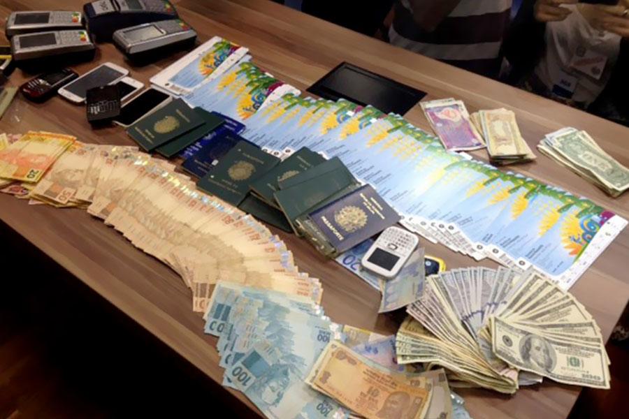 Operação Jules Rimet, da Polícia Civil do Rio, apreendeu ingressos, celulares, dinheiro e documentos de quadrilha de cambistas com envolvimento de altos executivos ligados à Fifa. (Foto: Divulgação/Polícia Civil RJ)