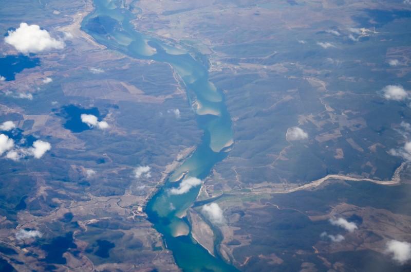 """Vista do Rio São Francisco a 8000 metros de altura. """"Só pra você ter idéia da imensidão do 'Velho Chico'"""", por George Vale, publicada no Flickr com licença do Creative Commons (CC BY 2.0)"""