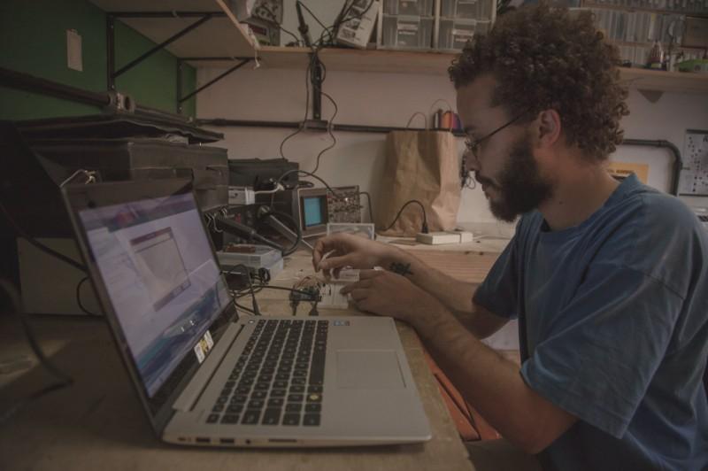 Ricardo Guima, desenvolvedor de sensores do projeto Rede InfoAmazonia, coordenou a trilha sobre hardware livre.