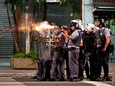 Polícia dispara contra torcedores do Corinthians que comemoravam a Libertadores da América, em julho de 2012. (Foto: Outras Palavras)