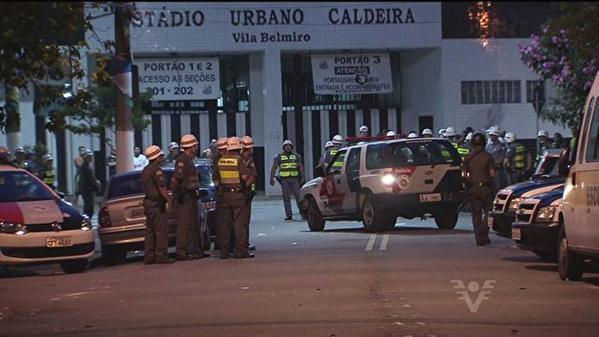 Polícia no entorno da Vila Belmiro, em Santos. (Foto: Mídia Informal/Twitter)