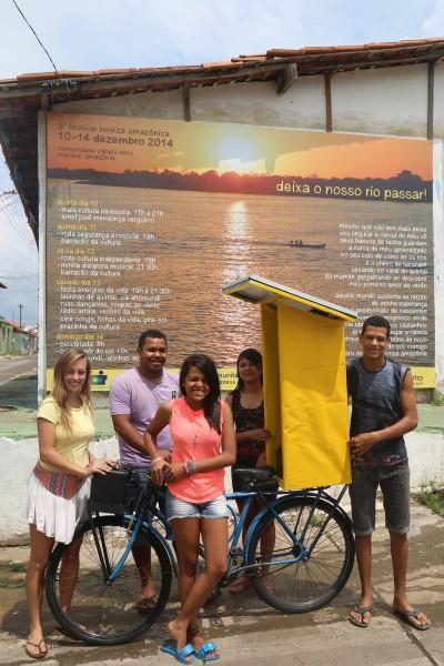 Jessica Ertel, Renato Cavalcante (UFPA) e jovens coordenadores Evany Valente, Carol Sousa e Pablo Sousa apresentam a primeira bici-radio sola no mundo, frente a instalacao 'Deixa o Nosso Rio Passar' na Galeria do Povo na pracinha de Cabelo