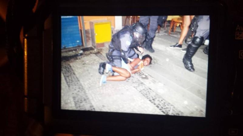 Polícia agride jovem negra no Rio de Janeiro. Imagem do coletivo Olhar Independente, uso livre.