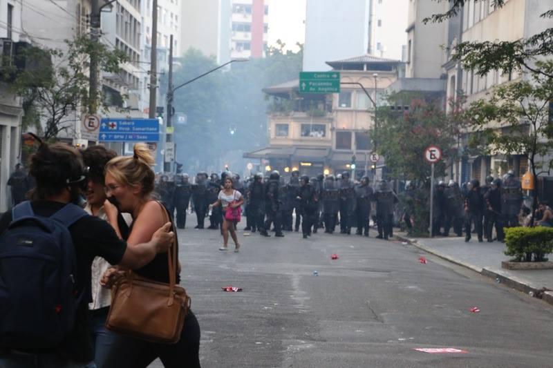 Manifestantes correm da repressão policial. Foto do MPL, uso livre.