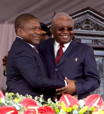 Filipe Nyusi à esquerda e Armando Guebuza à Direita