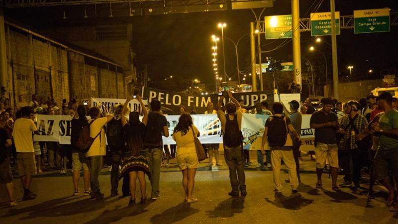 Cartazes em punho contra a violência. foto de Guilherme Fernández.