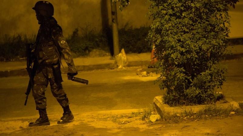 Armamento pesado. Soldado com fuzil e spray de pimenta. Foto: Gulherme Fernández.