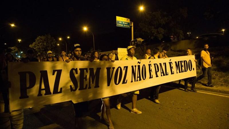 Manifestantes em ato pela vida no Complexo da Maré. foto de Guilherme Fernández.