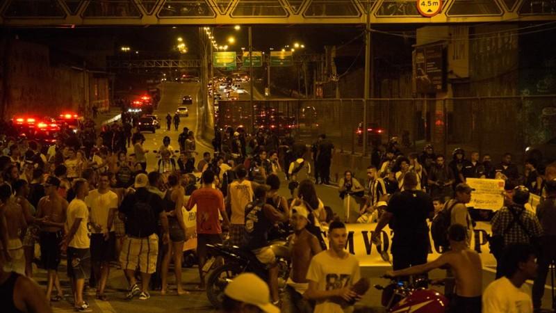 Linha Amarela tomada pelos manifestantes. Foto: Guilherme Fernández