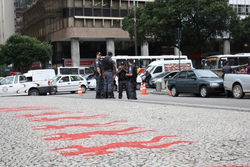 Pinturas na frente da Igreja da Candelária, no Rio de Janeiro, em memória ao massacre de 1993. Foto: quentindelaroche/Flickr, CC BY-2.0