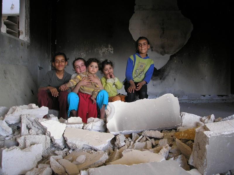 Crianças brincando em prédio destruído em Rafah, Gaza. Foto: GilesT/Flickr CC BY-NC-SA 2.0