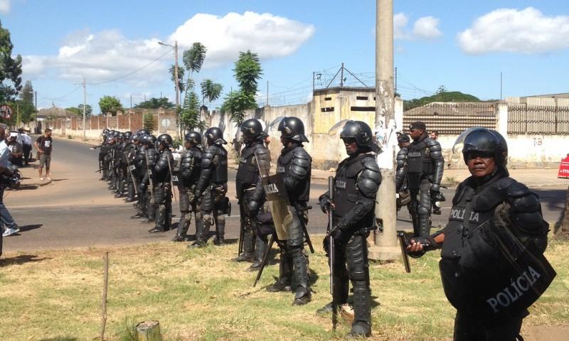 Policia tenta impedir a progressão da marcha. Foto: Dércio Tsandzana
