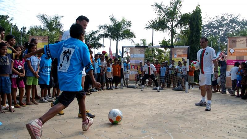 Crianças jogam à bola em Dili, Timor-Leste. Foto Arquivo/Manuel Ribeiro