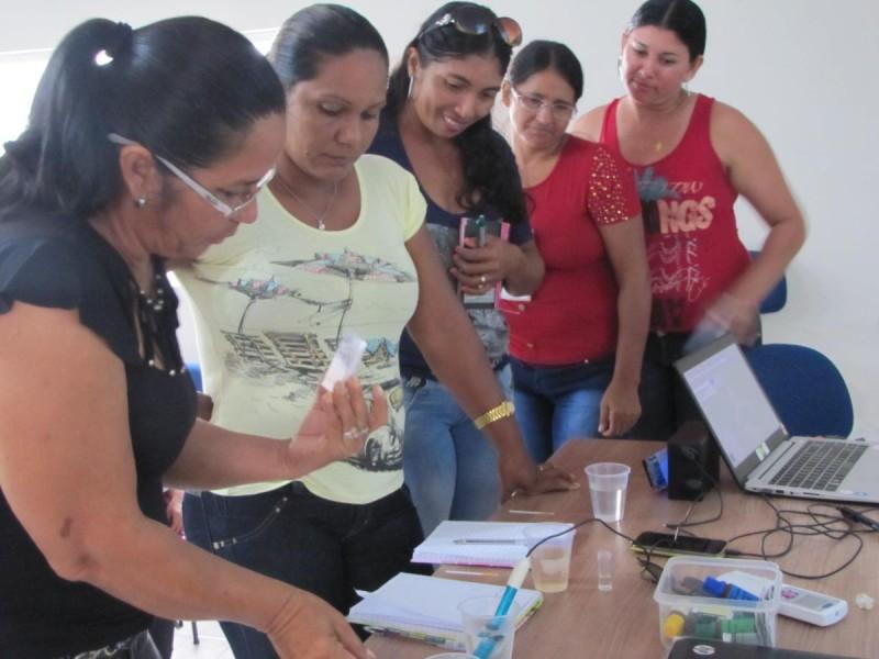 Participantes da oficina de jornalismo cidadão e monitoramento da qualidade da água fazendo testes. Foto: Giovanny Vera/InfoAmazônia