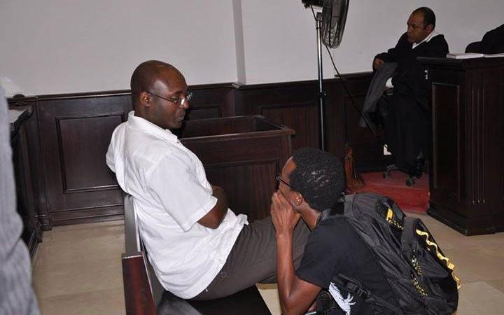 El periodista Rafael Marques en el Tribunal Provincial de Luanda. Foto: MakaAngola