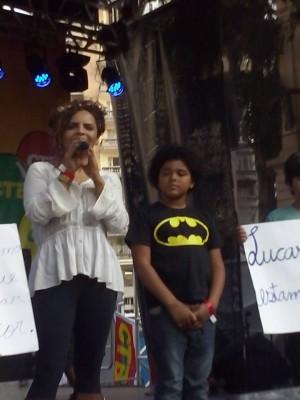 Lucas e a mãe Izabel em evento discutindo identidade racial. (Imagem utilizada com permissão)
