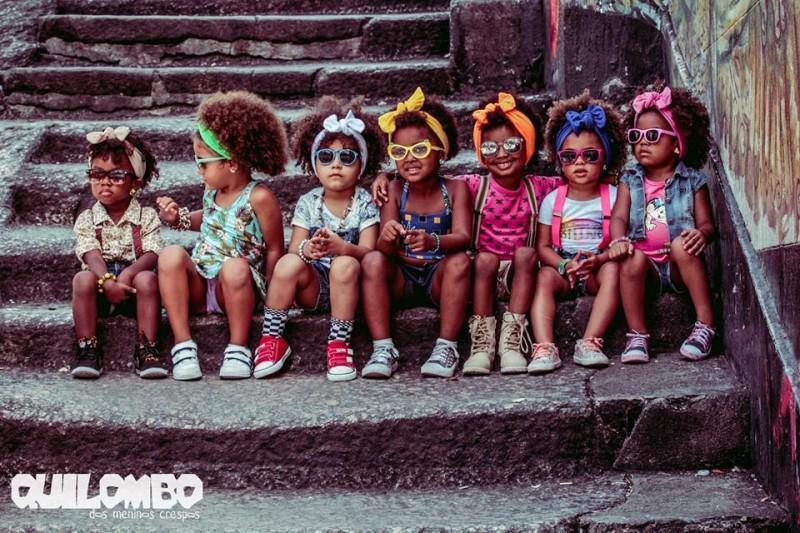 """A campanha de moda """"Sete Meninas Crespas"""" se dedica a empoderar crianças pelo cabelo. (Foto: Facebook Quilombo dos Meninos Crespos)"""