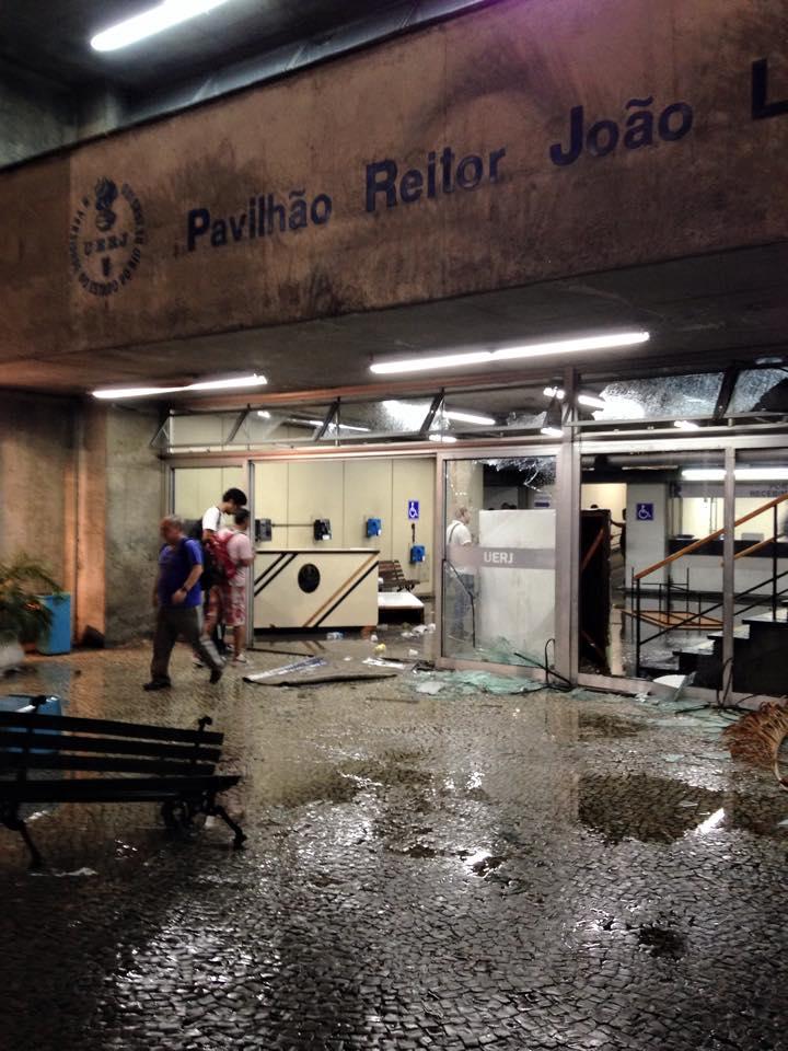 Marcas do confronto entre estudantes e seguranças no campus da UERJ. Foto: Rodrigo Modenesi.