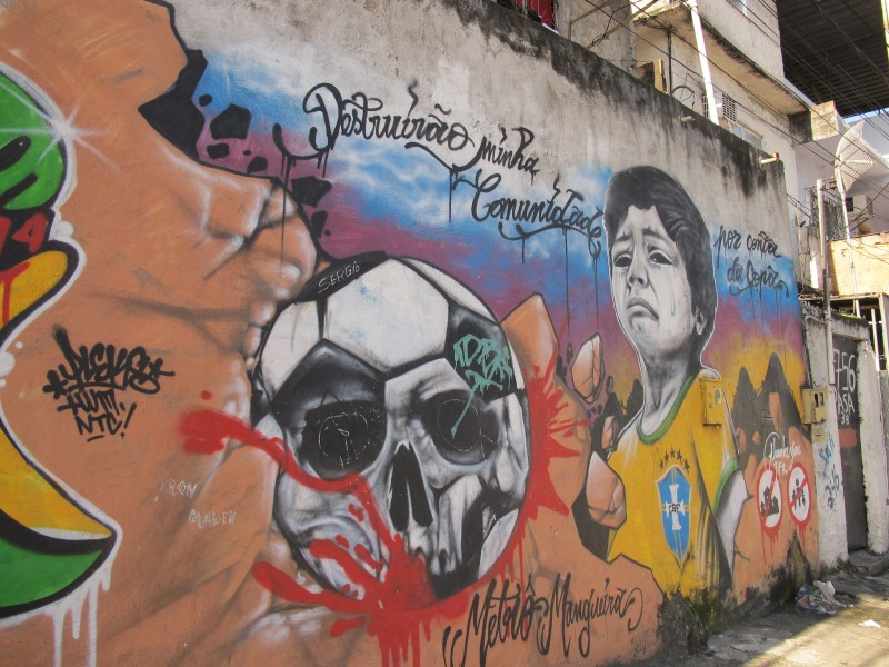 Grafite na Favela Metrô-Mangueira é retrato da violência que representam as remoções. Foto: Catalytic Communities/ Flickr CC BY - NC - SA 2.0