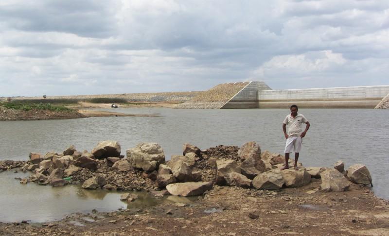 O agricultor Paulo Sérgio Alves, presidente da ISCA Gameleira, posa para foto à beira do açude. Área era para estar alagada, caso o açude estivesse cheio, o nível de água era inferior 10% quando a reportagem visitou o local. Foto: Ciro Barros/Agência Pública CC-BY-ND