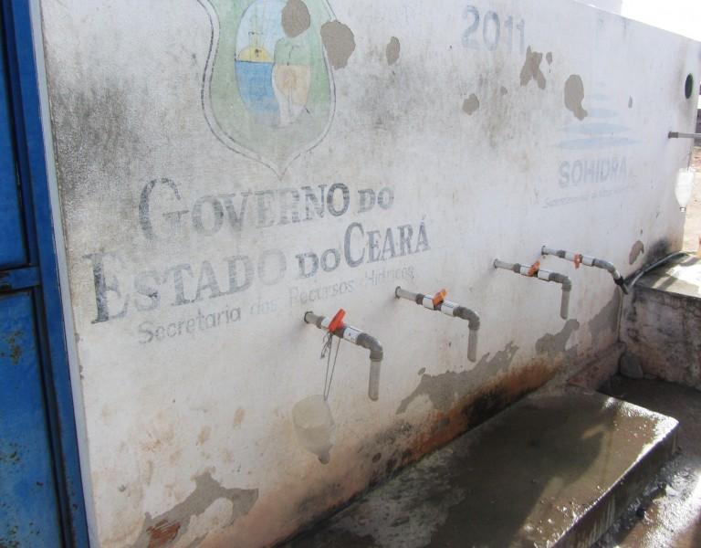 Poço da agrovila só dá água salobra de maneira ilimitada. Moradores podem pegar 36 litros por dia de água doce Foto: Ciro Barros/Agência Pública CC-BY-ND