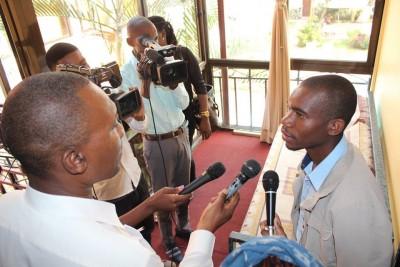 Armando Nanene falando aos jornalistas após a Conferência de Imprensa. Imagem: Irex Moçambique
