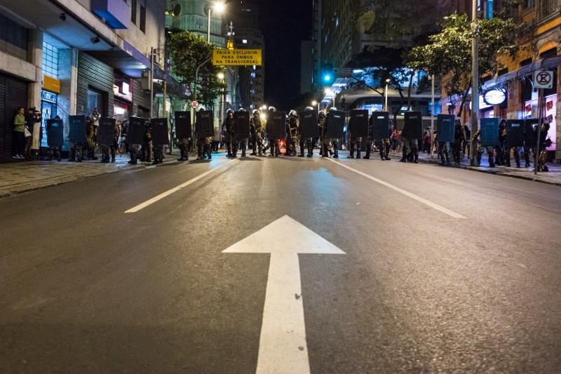 Foto: Policiais bloqueiam rua em Belo Horizonte durante protesto na quarta-feira.